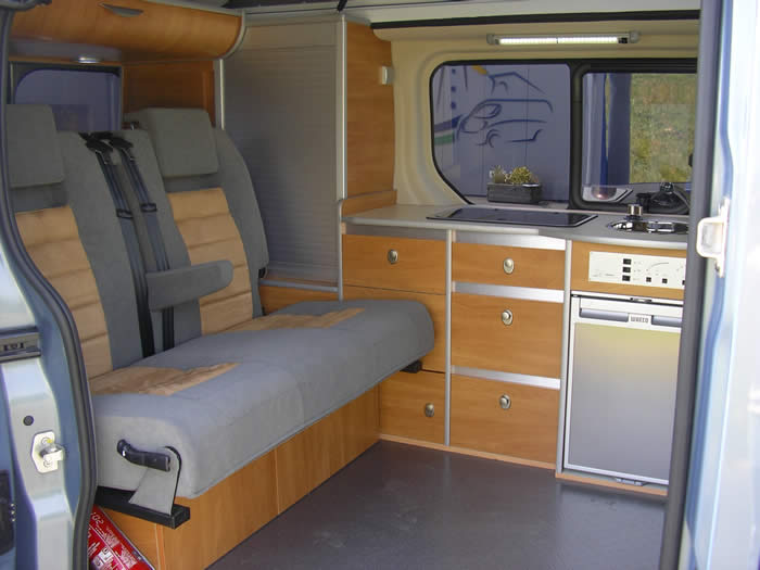 Fourgon renault trafic am nag camping car site de voiture for Auto interieur kuisen